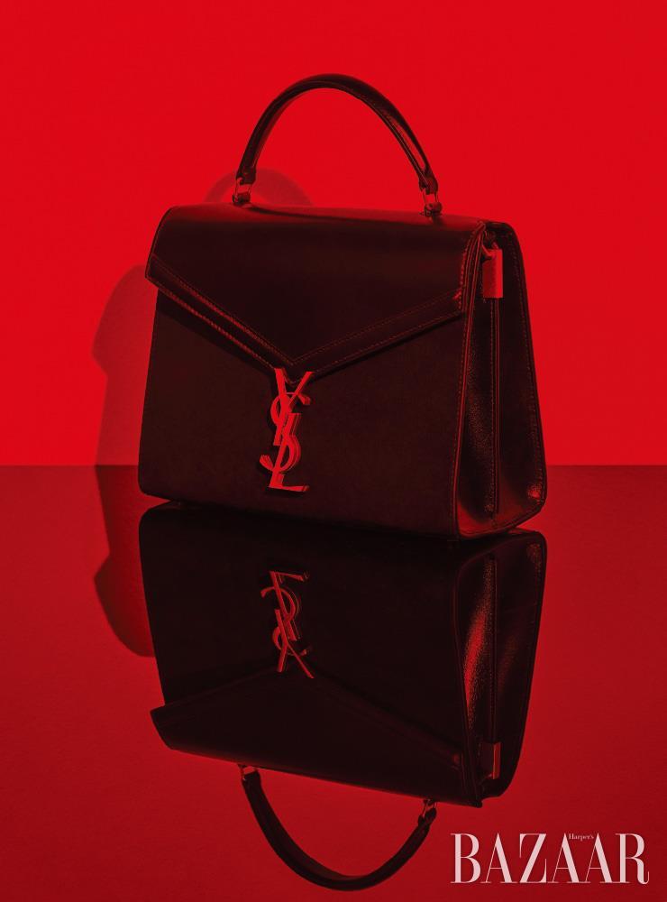 톱 핸들 스타일의 미디엄 사이즈 '카산드라' 핸드백은 Saint Laurent by Anthony Vaccarello.