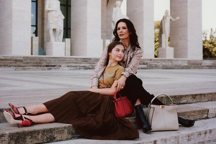 펜디의 로마 본사 팔라초 델라 시빌타 이탈리아나에서 행복한 시간을 보낸 모녀.