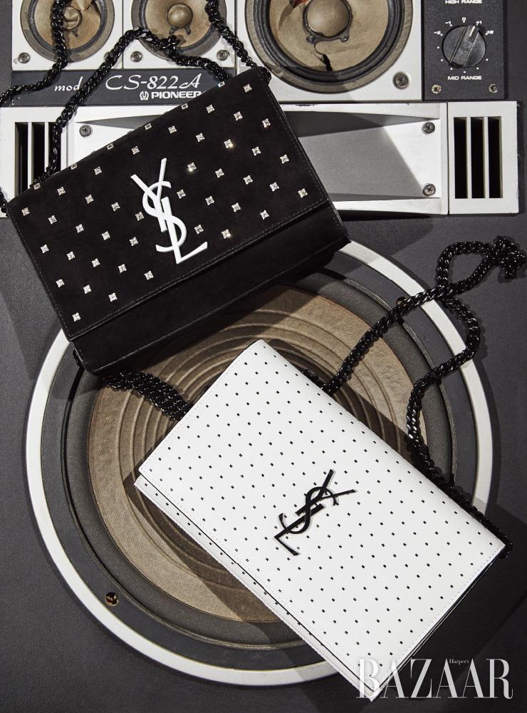 크리스털이 장식된 스몰 사이즈 '케이트' 체인 백, 도트 패턴의 화이트 체인 지갑은 모두 Saint Laurent by Anthony Vaccarello.