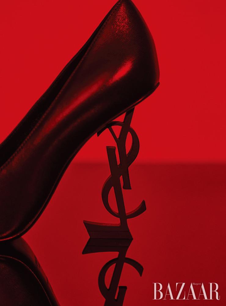 올 블랙 컬러의 '오피움' 펌프스는 Saint Laurent by Anthony Vaccarello.