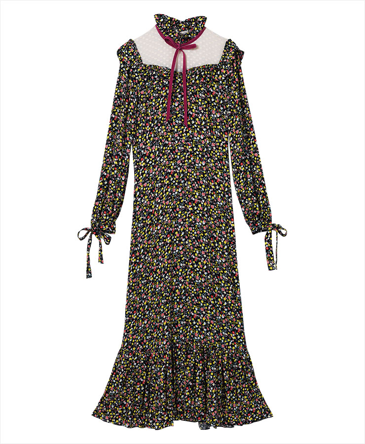 레이스와 리본 장식을 곁들인 롱 드레스는 1백29만원, Marc Jacobs.