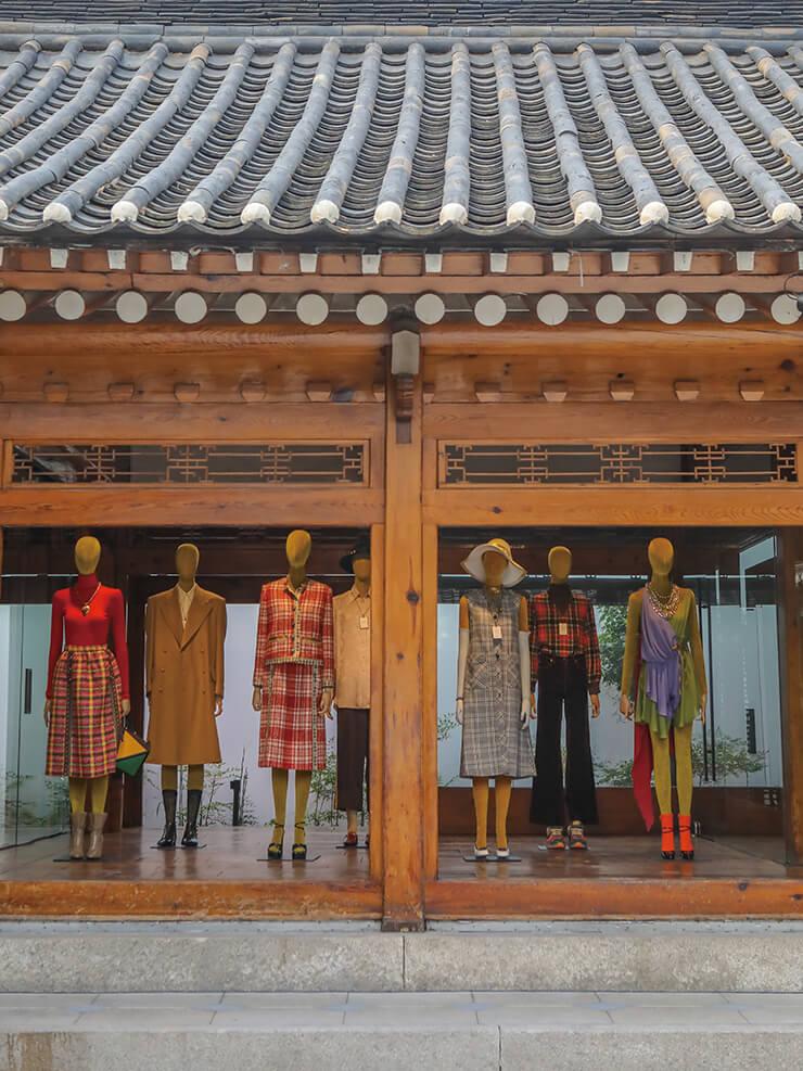 한국의 전통 가옥과 잘 어울리는 구찌의 크루즈 컬렉션.