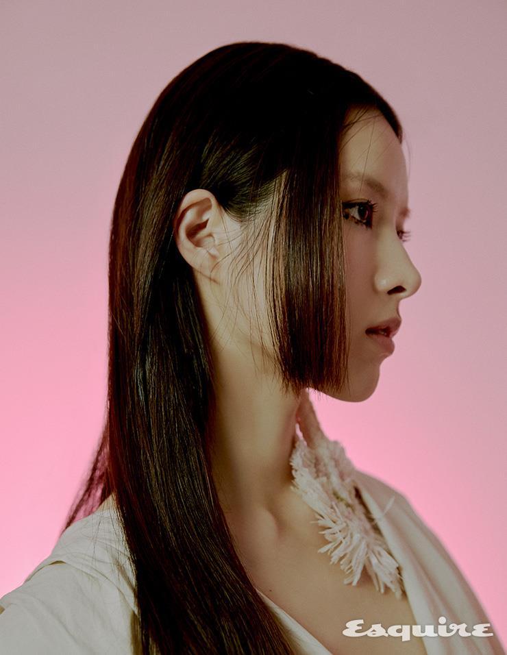 볼륨 소매 블라우스 잉크. 귀걸이 에디터 소장품.림킴'으로 돌아온 슈퍼스타 김예림
