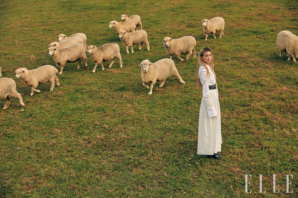목가적인 분위기의 화이트 드레스는 5백68만원, 스터드 장식의 벨트는 1백58만원, 레이스업 부티 힐은 1백63만원, 모두 Alexander McQueen.