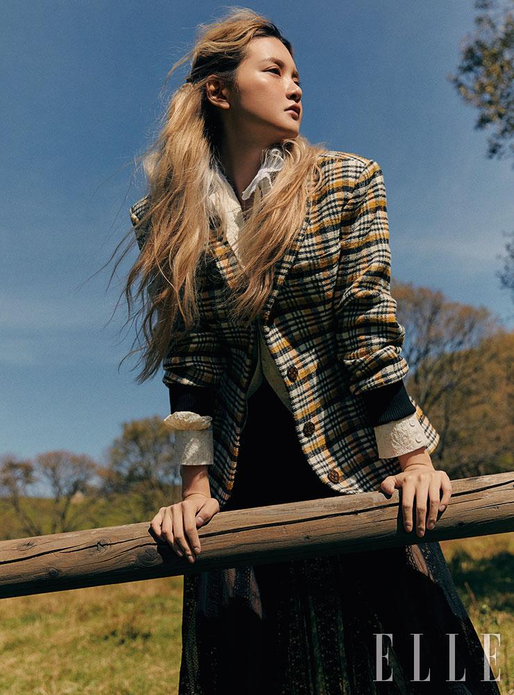체크 블레이저와 블라우스는 가격 미정, 모두 Louis Vuitton. 레이스 플리츠스커트는 가격 미정, Bally.