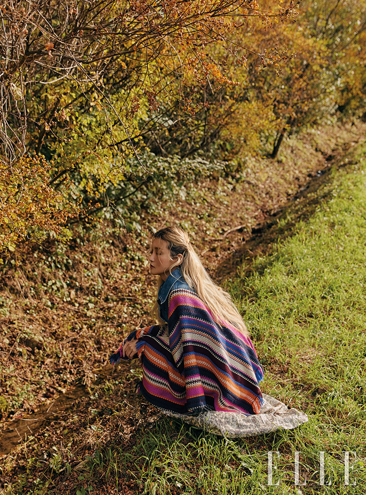 멀티 컬러 케이프는 39만9천원, Levi's Vintage Clothing. 랩 드레스는 46만9천원, Berenice.