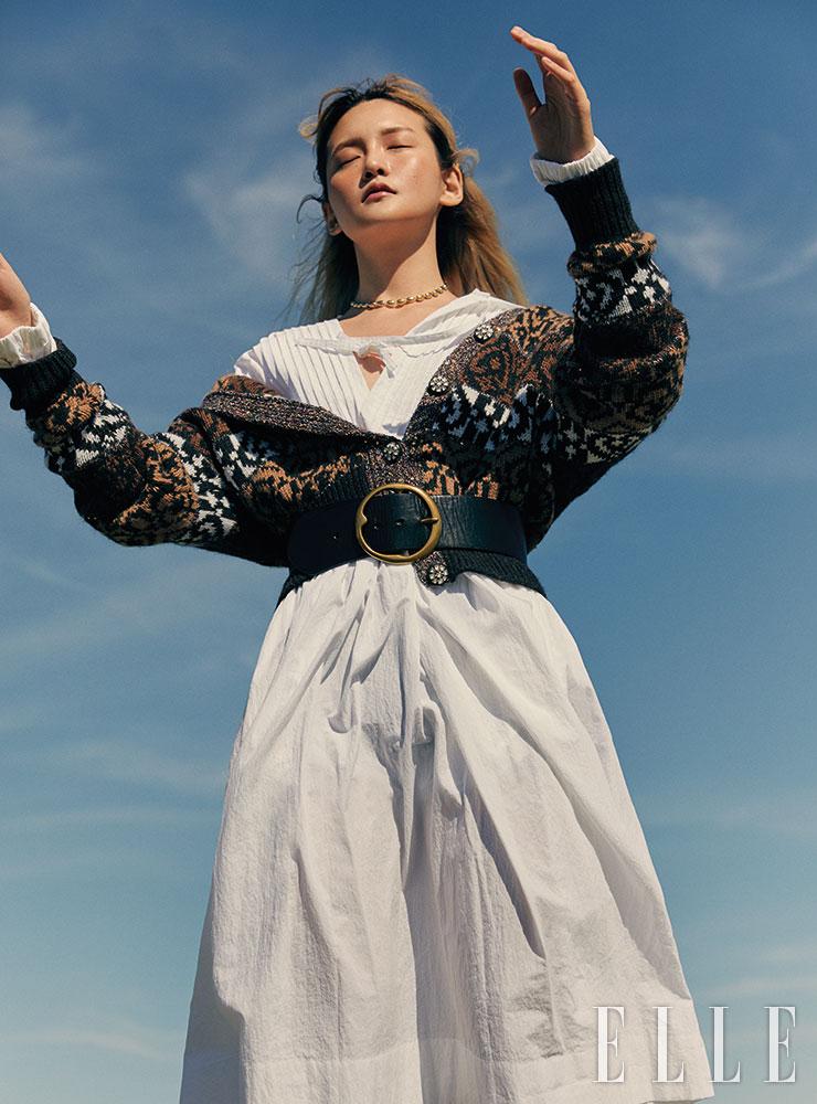 화이트 코튼 원피스는 43만원, Minjukim. 자카르 니트 카디건은 가격 미정, Chanel. 골드 네크리스는 10만5천원, 1064 Studio. 와이드 벨트는 30만원대, Polo Ralph Lauren.
