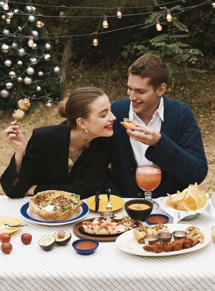 '보더 스타일 음식과 함께하는 좋은 시간을 전 세계 친구들과 나누자!'라는 슬로건으로 1982년 늦은 밤 텍사스 어딘가에 모였던 친구들과 한 병의 테킬라로부터 탄생한 온더보더. 우리에겐 아직 생소한 멕시칸 요리를 한국인의 입맛에 맞게 다양한 소스와 채소, 고기류가 어우러져 한 상을 차려내고, 서로 나눠 먹을 수 있는 푸짐함이 특징이다.