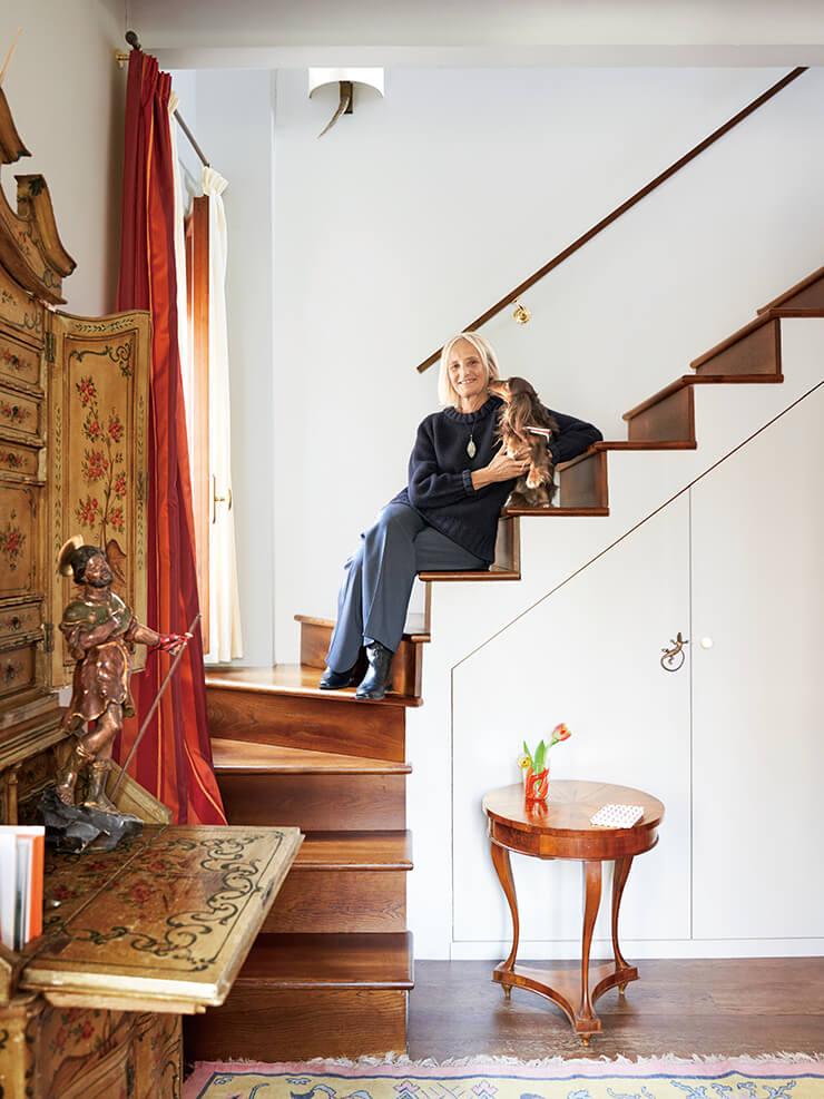 밀레토가 닥스훈트 테오와 함께 계단에 앉아 있다.