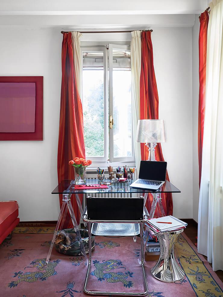작업실에 놓인 책상은 루사이트(반투명 합성수지)와 유리 상판을 결합해 만들었다. 사이드 테이블은 카르텔, 램프는 필립 스탁 제품. 벽에 걸린 미술품은 저스틴 브래들리(Justine Bradley) 작품이다.