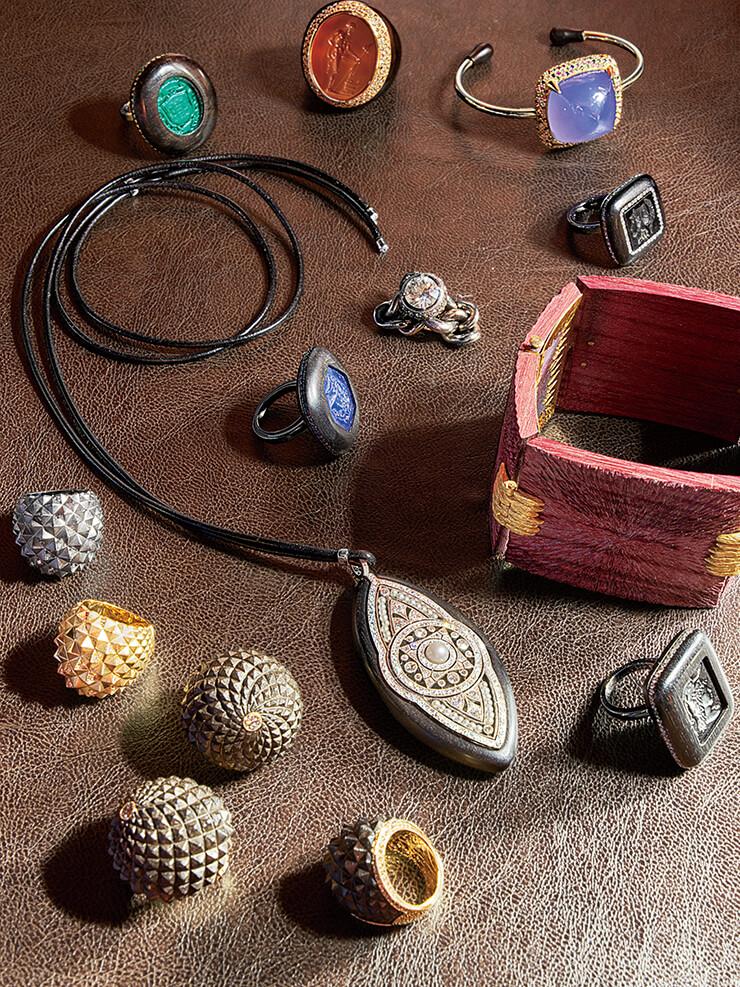 밀레토가 디자인한 주얼리가 빈티지 보석 제품과 함께 전시돼 있다.