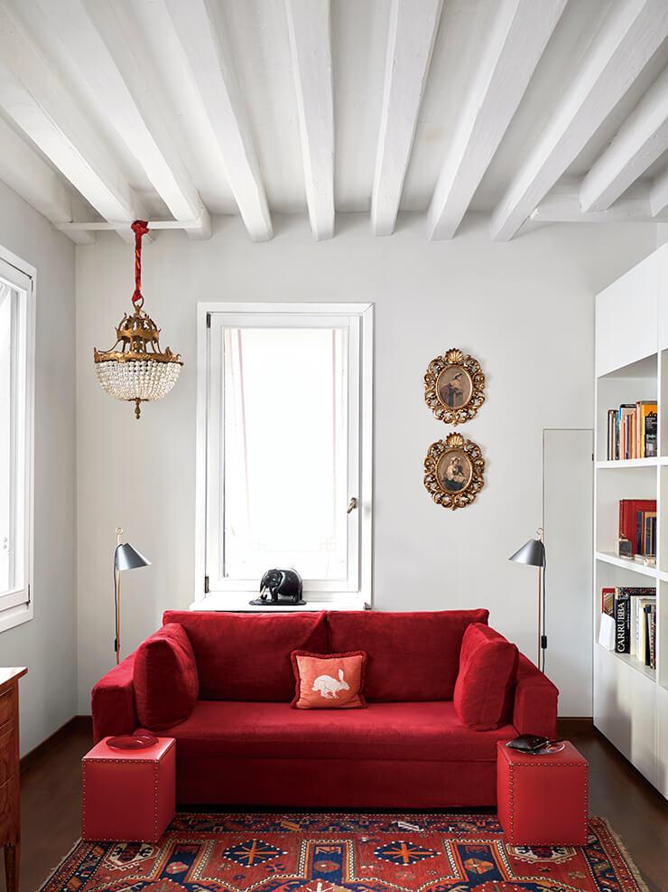 16세기에 지어진 주택 2층 거실. 소파는 주문 제작한 것. 벽에 걸린 19세기 그림 두 점은 나폴리에서 구입했고, 창가에 놓인 흑단 코끼리 조각상은 집안 대대로 내려오는 가보다.