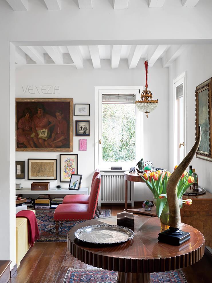 2층 거실에는 약 1800년에 제작된 테이블 위에 앤티크 버펄로 뿔 장식품이 놓여 있다. 신고전주의 양식의 샹들리에는 프랑스 제품이고, 대형 그림은 밀레토의 할머니와 형제자매를 그린 1925년 작 초상화다.