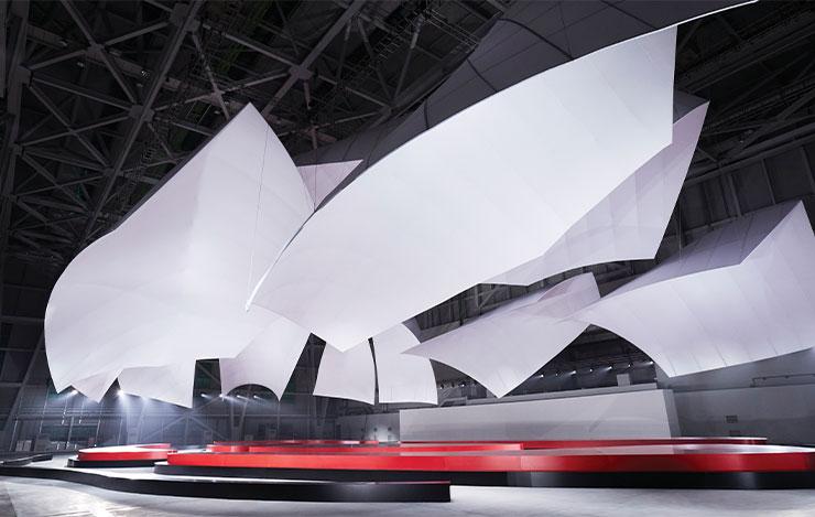 루이 비통 메종 서울의 건축가 프랭크 게리에게 헌정하는 듯한 쇼장의 구조물은 또 하나의 볼거리였다.