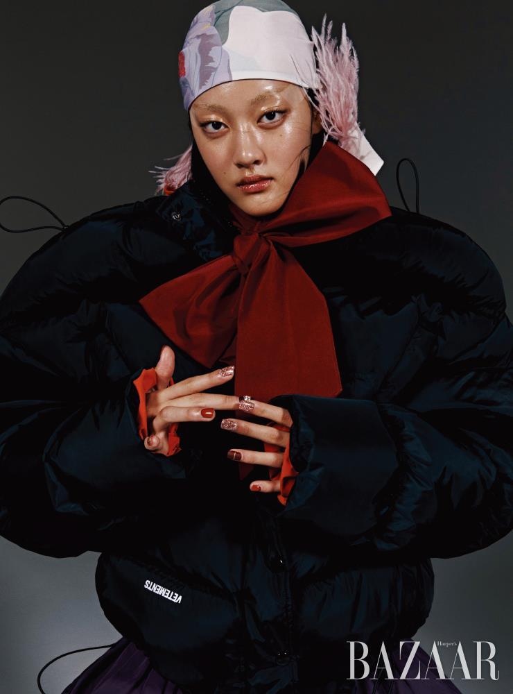 패딩 재킷은 3백35만원 Vetements by Mue. 이너로 착용한 블라우스는 1백94만원, 스커트는 2백12만원 모두 Valentino. 깃털 장식 밴대너는 Valentino Garavani.