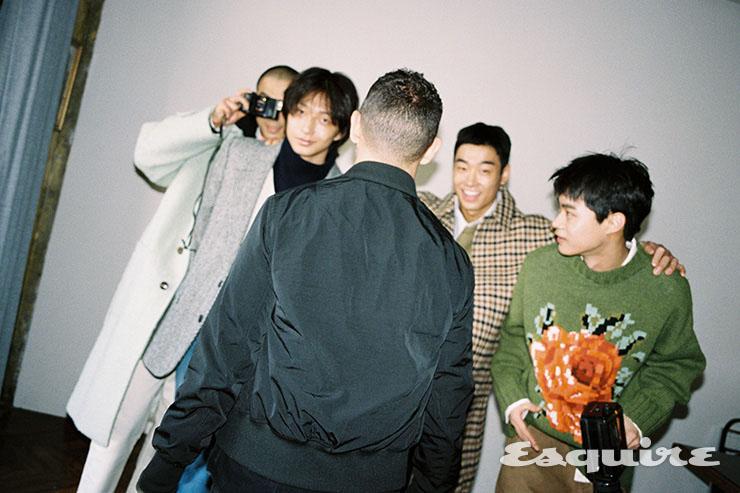 (왼쪽부터) 싱글 코트, 후디, 티셔츠, 화이트 진 모두 아미. 헤링본 재킷, 크림색 브이넥 스웨터, 네이비 터틀넥 스웨터, 청바지 모두 아미. 체크 코트, 카키색 스웨터, 셔츠, 팬츠 모두 아미. 플라워 스웨터, 셔츠, 팬츠 모두 아미.