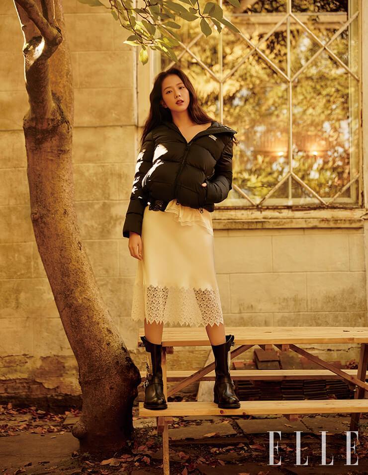 블랙 패딩 재킷과 새틴 슬립 드레스, 버클 장식 부츠는 모두 Burberry.