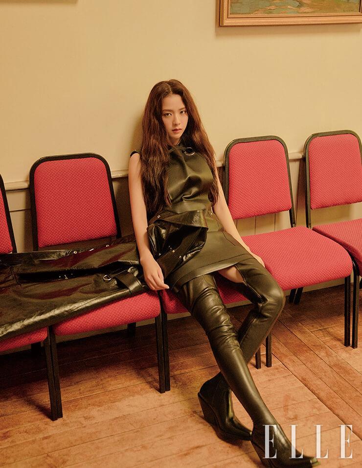 펀칭 디테일의 미니드레스와 의자 위에 놓인 트렌치코트, 사이하이 부츠는 모두 Burberry.