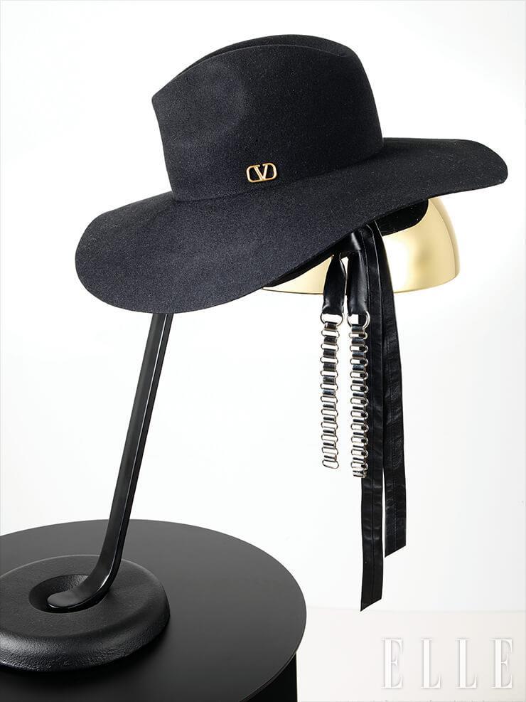 와이드한 펠트 페도라는 76만원, Valentino Garavani. 타이 모티프의 네크리스는 87만원대, Louis Vuitton. 미니멀한 디자인의 스탠드는 41만원, Hay by Innometsä. 테이블은 71만원, Menu by Innometsä.