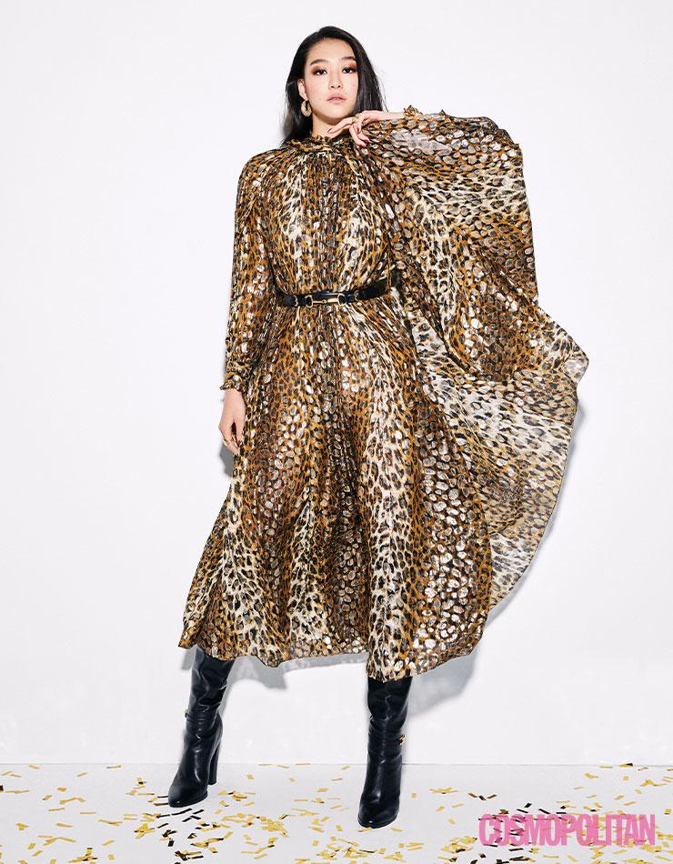 드레스, 벨트, 롱부츠 모두 가격미정 셀린느 by 에디 슬리먼. 귀고리 34만원, 팔찌 24만원대, 반지 (왼손)각각 20만원대 모두 포트레이트 리포트. (오른손)21만원대 에스실.