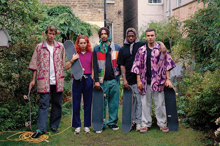 런던의 스케이터 댄 피셔 유스탄스는 고향에서 자신의 가족과 함께 카메라 앞에 섰다.