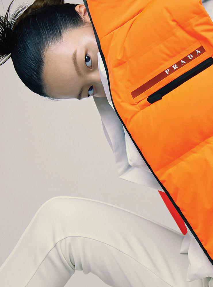 네온 패딩 베스트는 가격 미정, Prada. 레이어드한 패디드 재킷은 가격 미정, Jain Song. 조거 팬츠는 7만9천원, Nike.