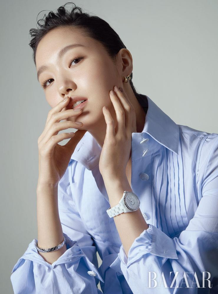 레이어드한 듯한 '코코 크러쉬' 이어링, 다이아몬드가 세팅된 화이트 골드 '코코 크러쉬' 브레이슬릿, 베젤에 다이아몬드가 세팅된 'J12 화이트' 워치는 모두 Chanel Watch & Fine Jewelry.
