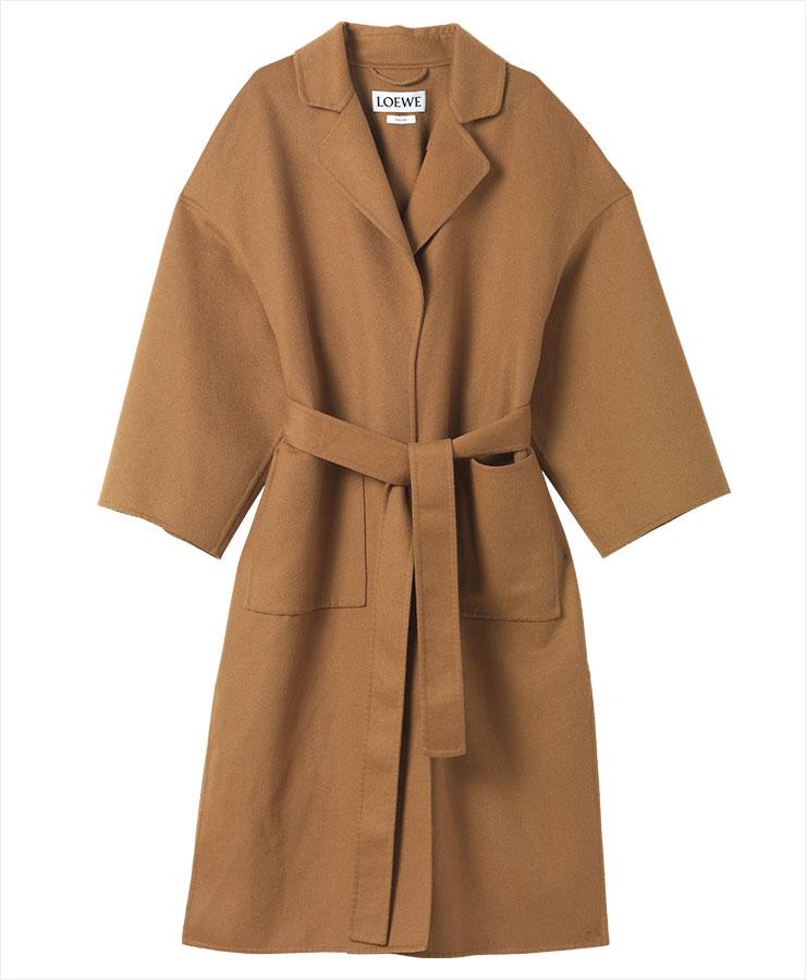 간결한 디자인의 벨티드 코트는 3백40만원, Loewe.