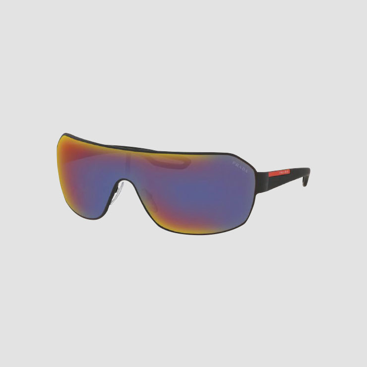 스포티한 무드의 선글라스는 Prada.
