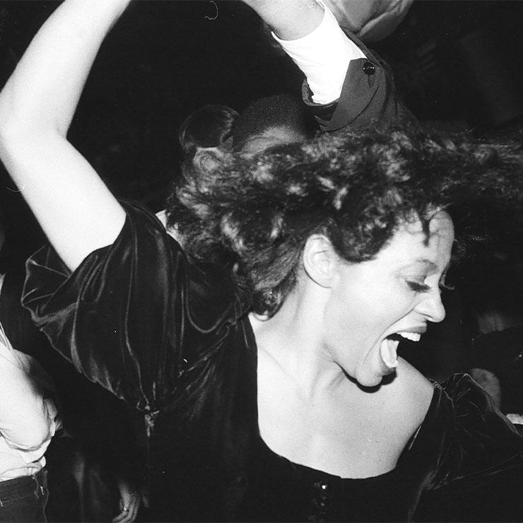 뉴욕의 전설적인 클럽 '스튜디오 54'에서 열정적으로 춤추고 있는 영원한 팝의 여제 다이애나 로스.