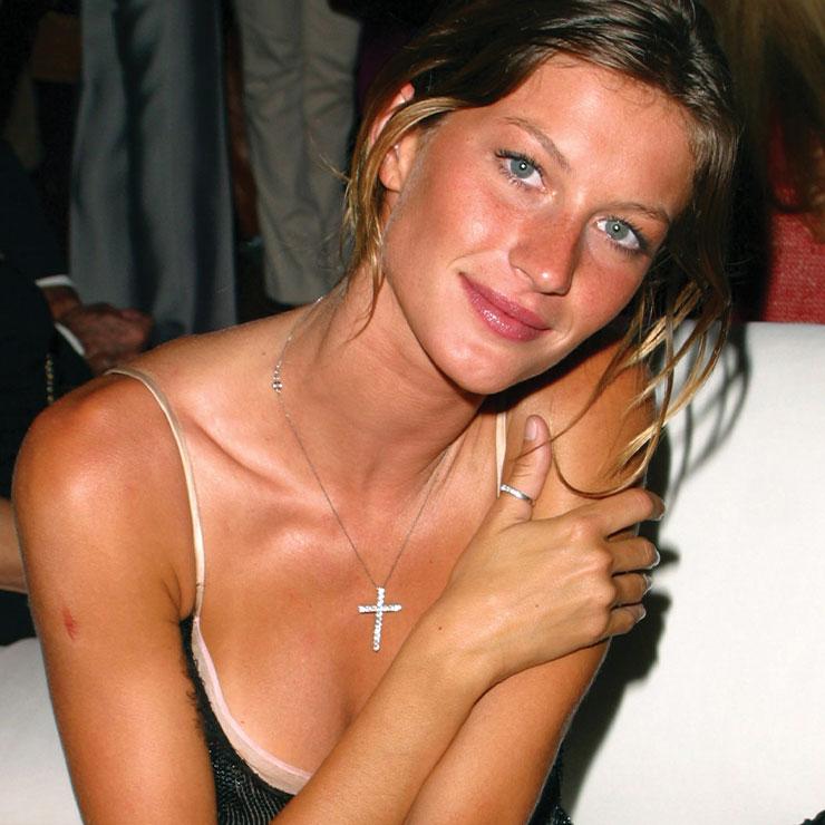 2000년대 최고의 슈퍼모델 지젤 번천. 존 갈리아노 시절의 디올 컬렉션이 연상되는 란제리 드레스와 십자가 펜던트 목걸이까지. 지금 봐도 스타일리시하다.