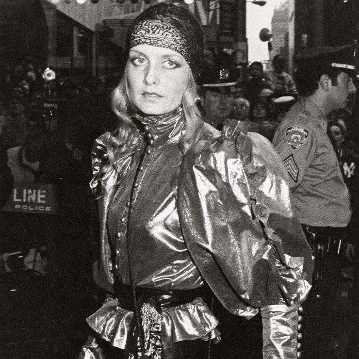 트위기의 파티 룩에서 1970년대 부르주아 룩의 디스코 버전이 어떠했는지를 살펴볼 수 있다.