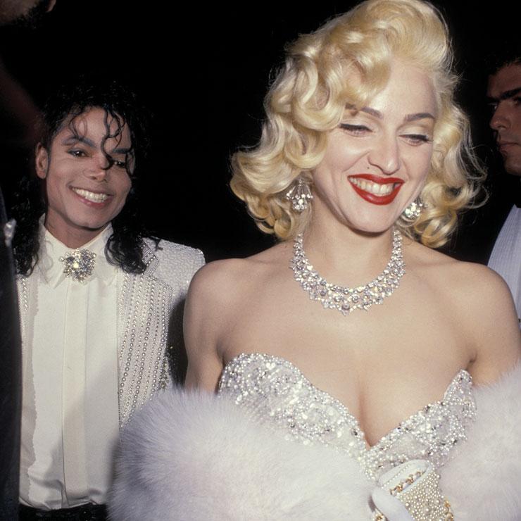 마이클 잭슨과 파티장으로 들어서는 마돈나. 마릴린 먼로의 드레스 룩을 패러디한 스타일이 인상적이다. 핼러윈 파티 룩으로 응용해도 좋을 듯!