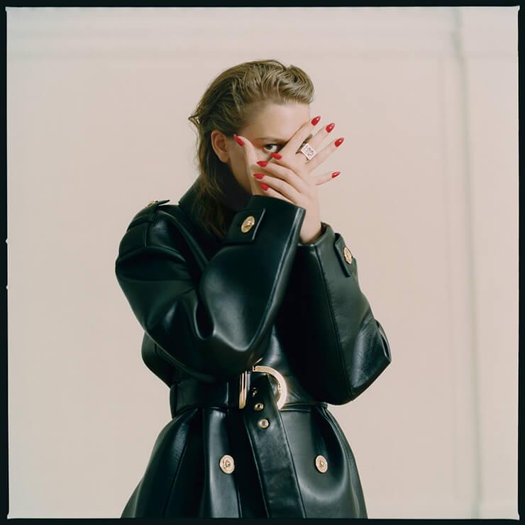 벨티드 레더 코트는 5160파운드, Versace. 스퀘어 링은 165파운드, Vivienne Westwood.