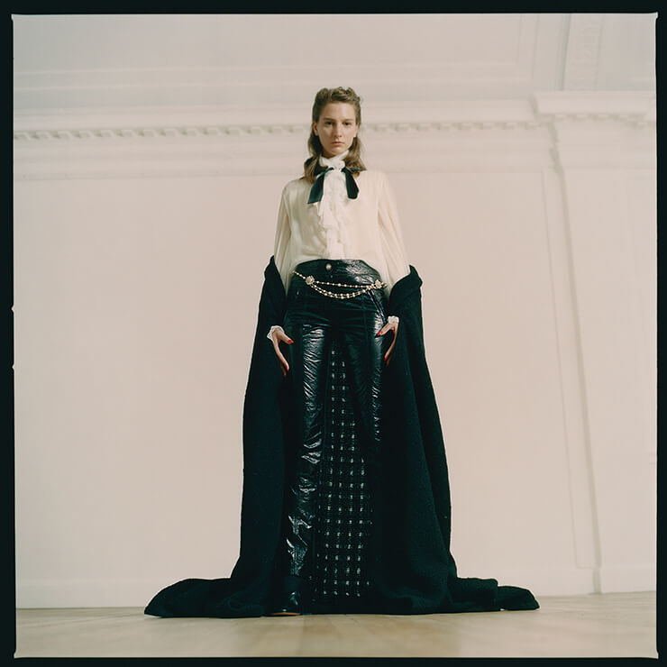 블랙 케이프 코트는 4120파운드, 러플 블라우스는 3565파운드, 레더 팬츠는 6905파운드, 주얼 장식의 벨트는 1725파운드, 모두 Chanel. 슈즈는 560파운드, Marni.