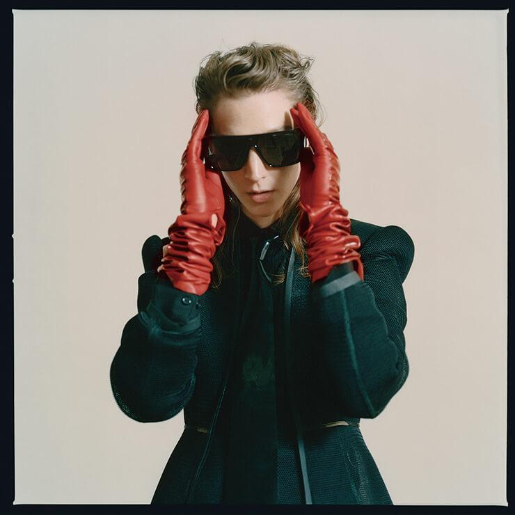 메시 재킷은 1290파운드, 이너 웨어 셔츠는 750파운드, Fendi. 오버사이즈 프레임의 선글라스는 305파운드, Tom Ford. 나염 프린트 타이는 305파운드, Atsuko Kudo. 레드 글러브는 스타일리스트 소장품.