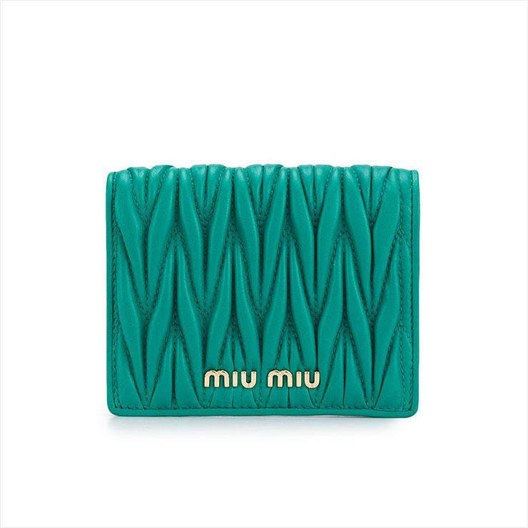 퀼팅 패턴이 사랑스러운 그린 컬러의 지갑