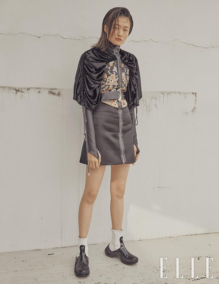 드레이프 슬리브로 장식한 집업 드레스와 스테이트먼트 벨트, 플랫 부츠는 모두 Louis Vuitton.
