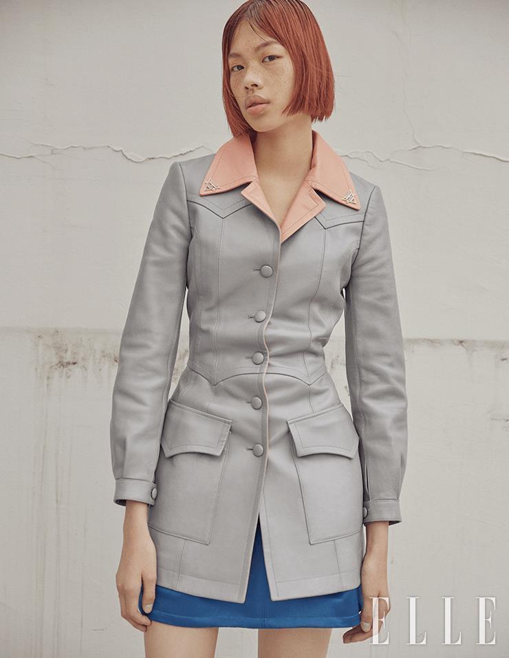 레트로 스타일의 투 톤 레더 재킷과 실크 개버딘 스커트는 모두 Louis Vuitton.