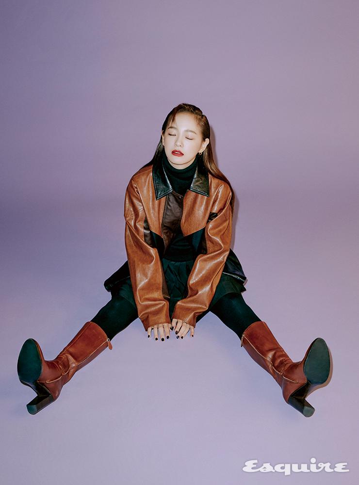 투톤 레더 재킷 스튜디오 톰보이. 터틀넥 톱, 플리츠 스커트 모두 캘빈클라인 진. 부츠 스타일리스트 소장품.