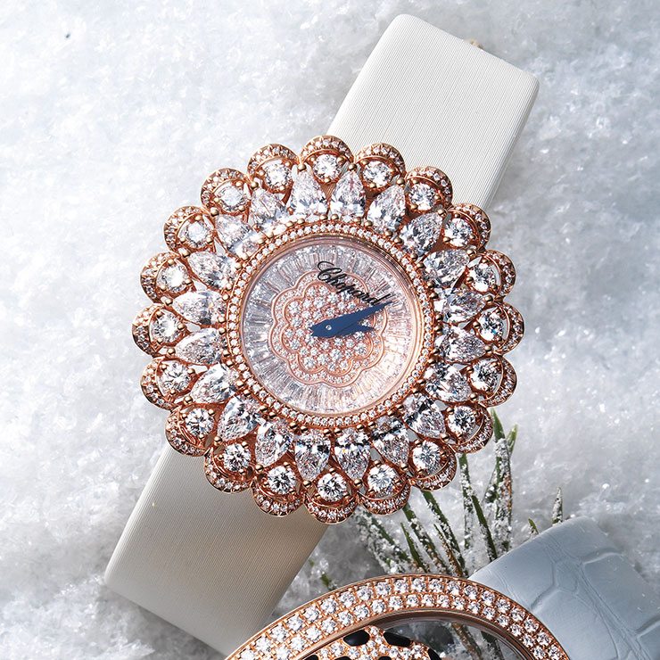 다이아몬드를 꽃잎 모티프로 정교하게 세팅해 우아함을 극대화한 '프레셔스 쇼파드' 워치는 가격 미정, Chopard.