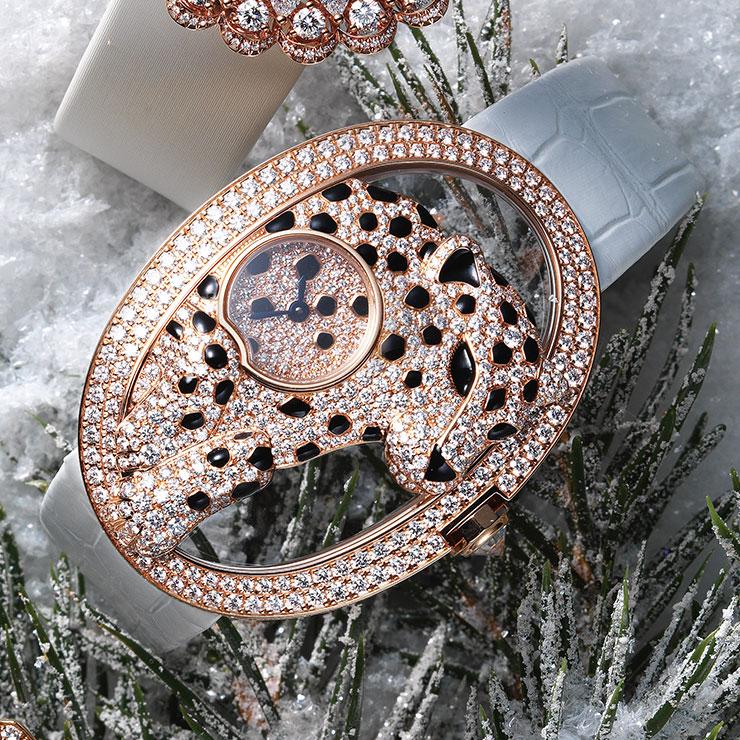 브랜드의 상징적인 '팬더'를 정밀하게 구현한 악어가죽 스트랩 '팬더 드 까르띠에 오픈워크' 워치는 가격 미정, Cartier.
