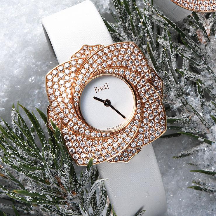 로맨틱한 플라워 모티프의 18K 핑크골드와 다이아몬드가 어우러진 '라임라이트 블루밍 로즈 브레이슬렛 워치'는 가격 미정, Piaget.