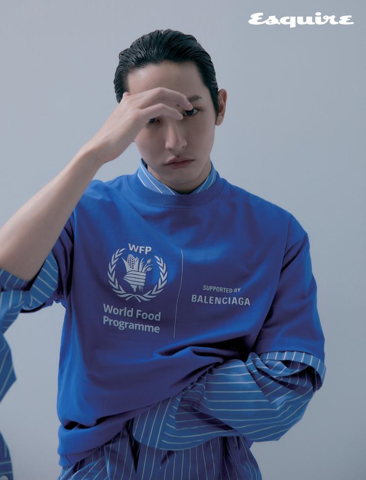 이수혁이 〈에스콰이어〉 1월호 화보에 입은 발렌시아가와 WFP 의 두 번째 캡슐 컬렉션