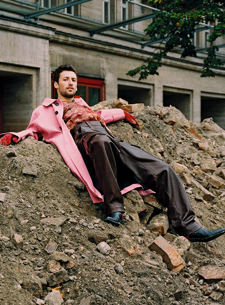 핑크 코트, 패턴 셔츠, 버건디 가죽 팬츠 모두 아크네 스튜디오. 부츠 하이더 아커만. 레드 장갑 언더커버.