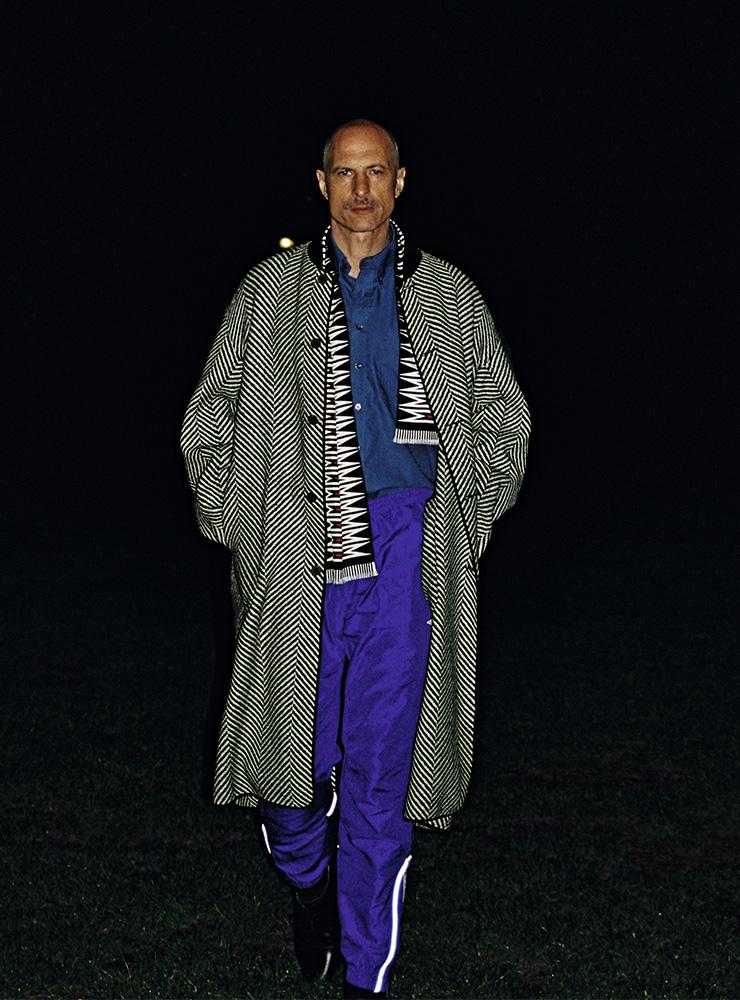 헤링본 패턴 코트, 에스닉 패턴 스카프 모두 하이더 아커만. 셔츠, 팬츠, 슈즈 모두 빈티지.