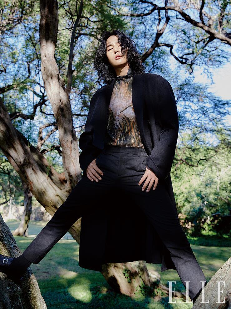 블랙 코트와 애니멀 모티프의 프린트 톱, 블랙 팬츠는 모두 Dior Men. 로퍼는 Salvatore Ferragamo.