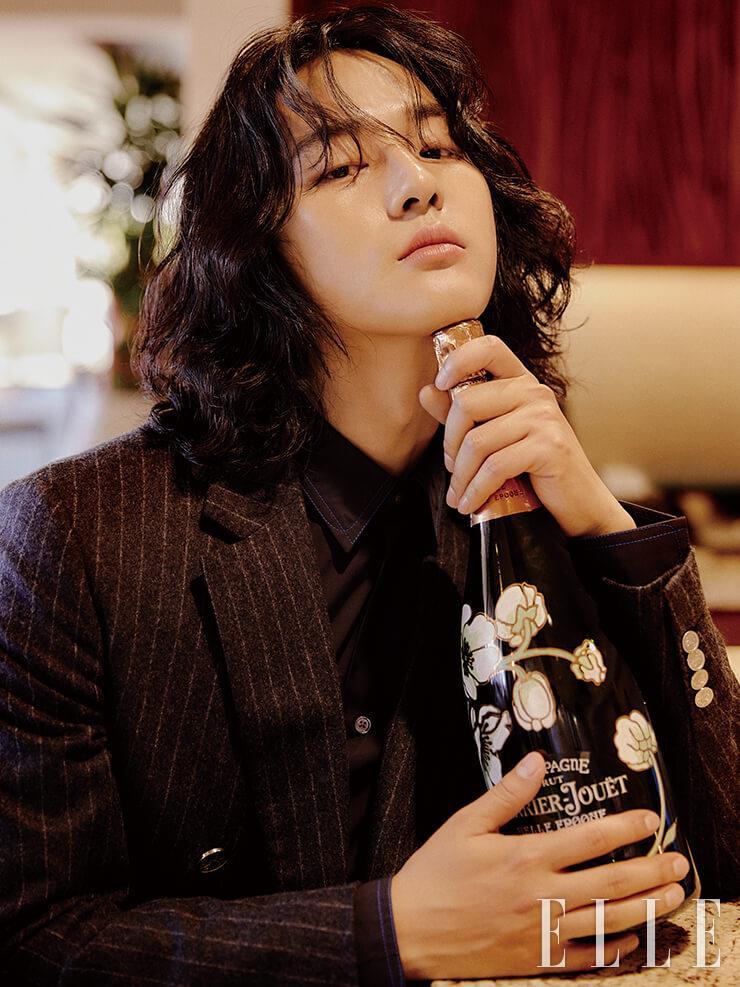 은은하게 퍼지는 꽃향기와 로맨틱한 보틀 디자인이 특징인 샴페인은 Perrier-Jouet Belle epoque. 핀스트라이프 재킷과 테이퍼드 셔츠는 모두 Hermès.