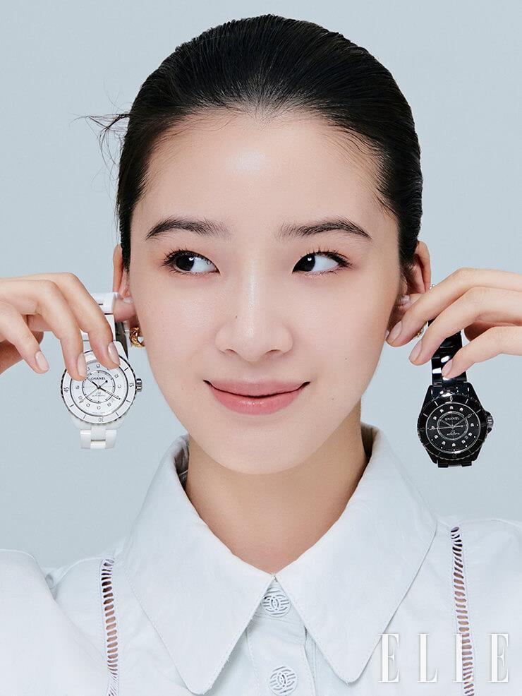 다이아몬드 인디케이터, 세라믹 카보숑이 세팅된 스틸 스크루다운 크라운, 사파이어 케이스 백이 어우러진 화이트와 블랙 버전의 J12 워치, 옐로골드 코코 크러쉬 이어링은 모두 Chanel Watches & Fine Jewelry.