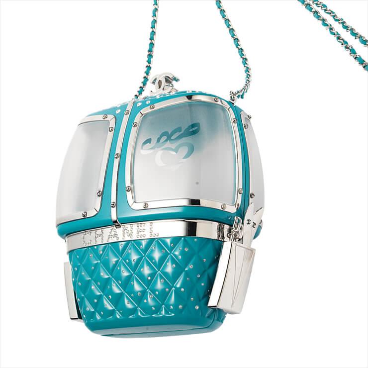 케이블카 모티프의 클러치백은 가격 미정, Chanel.